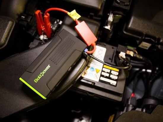 移动电源已经成为智能手机用户必备的配件,毕竟大部分机型都采用内置电池设计、手机电池寿命也依然不够理想。随着整个市场的发展,移动电源的形态也愈加丰富、定位更加垂直,来满足不同的使用场景需求,比如烧水发电的锅型产品或是内置了太阳能的款式。而对于经常开车的用户来说,BoltPower D28可能更具吸引力,因为它不仅是移动电源、还是一款汽车启动器。   可以看到,BoltPower D28的体积要比一般的移动电源稍厚重一些,但放在公文包里也不会是太大的负担。它内置了13600mAh容量的锂电池,可以为iP