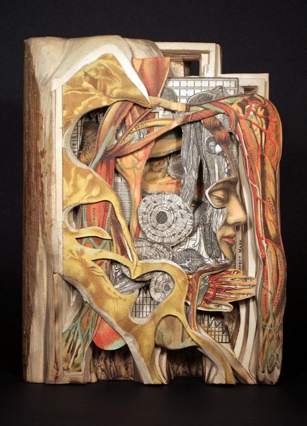 惊呆了!国外雕刻家书本雕刻艺术展