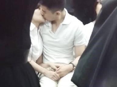 沈阳地铁车厢内男女当众激吻
