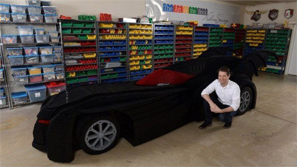 手艺人用乐高积木拼出1:1蝙蝠车